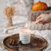 Dynia jest symbolem jesieni. Z chęcią ozdabiamy nią nasze domy, gotujemy dania, a teraz również zamknęliśmy Tartę Dyniową w zapachowej kompozycji. Ta świeca to zapach jesieni, który otuli Was niczym ciepły sweter i wypełni pomieszczenia aromatami pieczonej dyni z przyprawami. Świetnie sprawdzi się na długie i chłodne wieczory spędzane w domu. ⠀⠀⠀⠀⠀⠀⠀⠀⠀ #lunamoon #swiecelunamoon #trylogiapiosenek #trylogiabajkowa #zapach #swiecesojowe #soyawax #ciekawostkiluny #trylogiakobieca #trylogiafilmowa