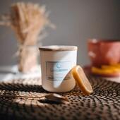 Tea Time ⠀⠀⠀⠀⠀⠀⠀⠀⠀ Kompozycja zapachów w tej świecy to świetna propozycja nie tylko dla wielbicieli herbaty zaparzonej w ulubionej filiżance. Podobnie jak w przypadku naszych pozostałych produktów, i ten zaskakuje niesamowitym bogactwem aromatów ujawniających się stopniowo w czasie palenia. Cytrusy wniosą ze sobą powiew świeżości, stanowiąc idealne tło dla energetyzującej herbaty połączonej z wonią białych kwiatów, a wszystko to nienagannie uzupełni otulające białe piżmo. Świeca idealnie sprawdzi się nie tylko jako towarzystwo dla popołudniowego relaksu nad kubkiem ulubionego naparu, ale również w czasie długiego dnia pracy, lekko orzeźwiając rozgrzany umysł. ⠀⠀⠀⠀⠀⠀⠀⠀⠀ #lunamoon #swiecelunamoon #trylogiapiosenek #trylogiabajkowa #zapach #swiecesojowe #soyawax #ciekawostkiluny #trylogiakobieca #trylogiafilmowa